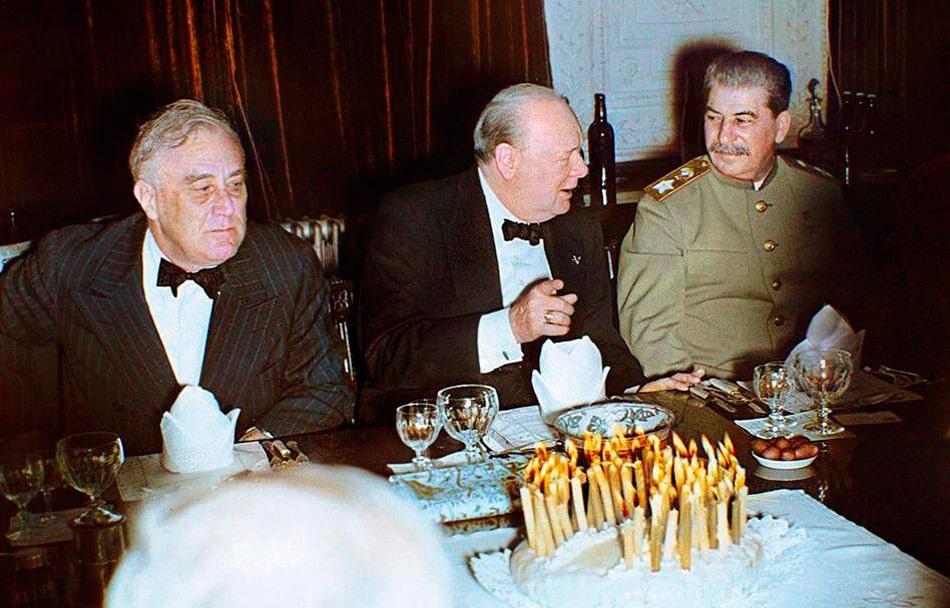 stalin-cherchill-i-ruzvelt-na-bankete-cherchill-prazdnoval-69-let