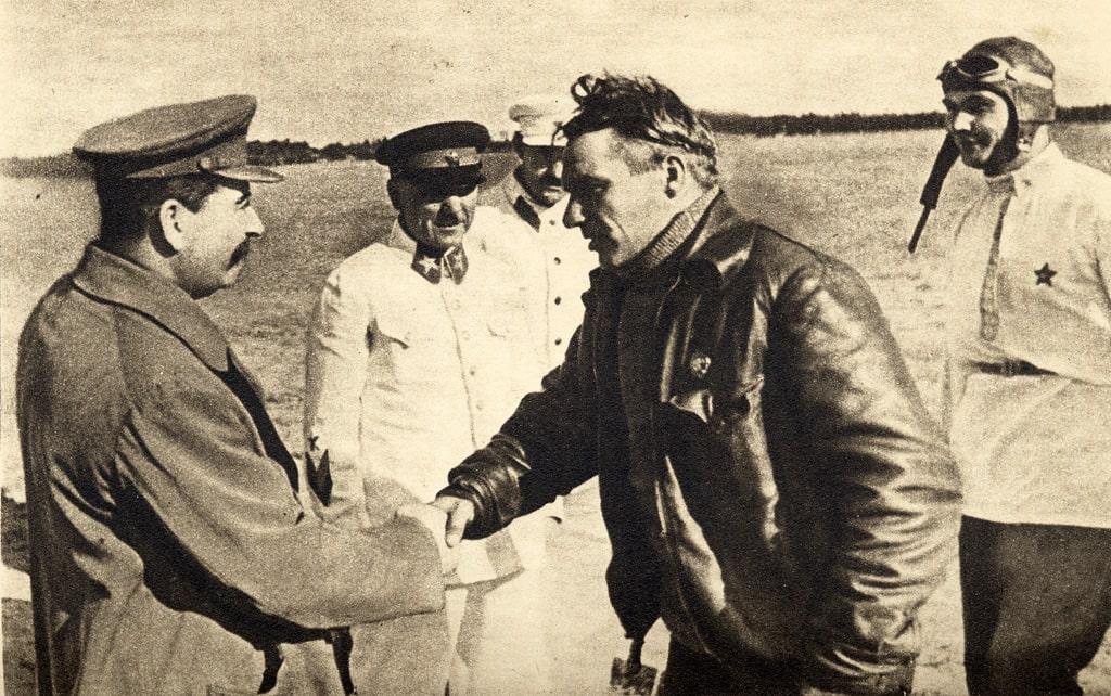 stalin-voroshilov-kaganovich-chkalov-i-belyakov-vstrecha-posle-perelyota-na-dalnij-vostok
