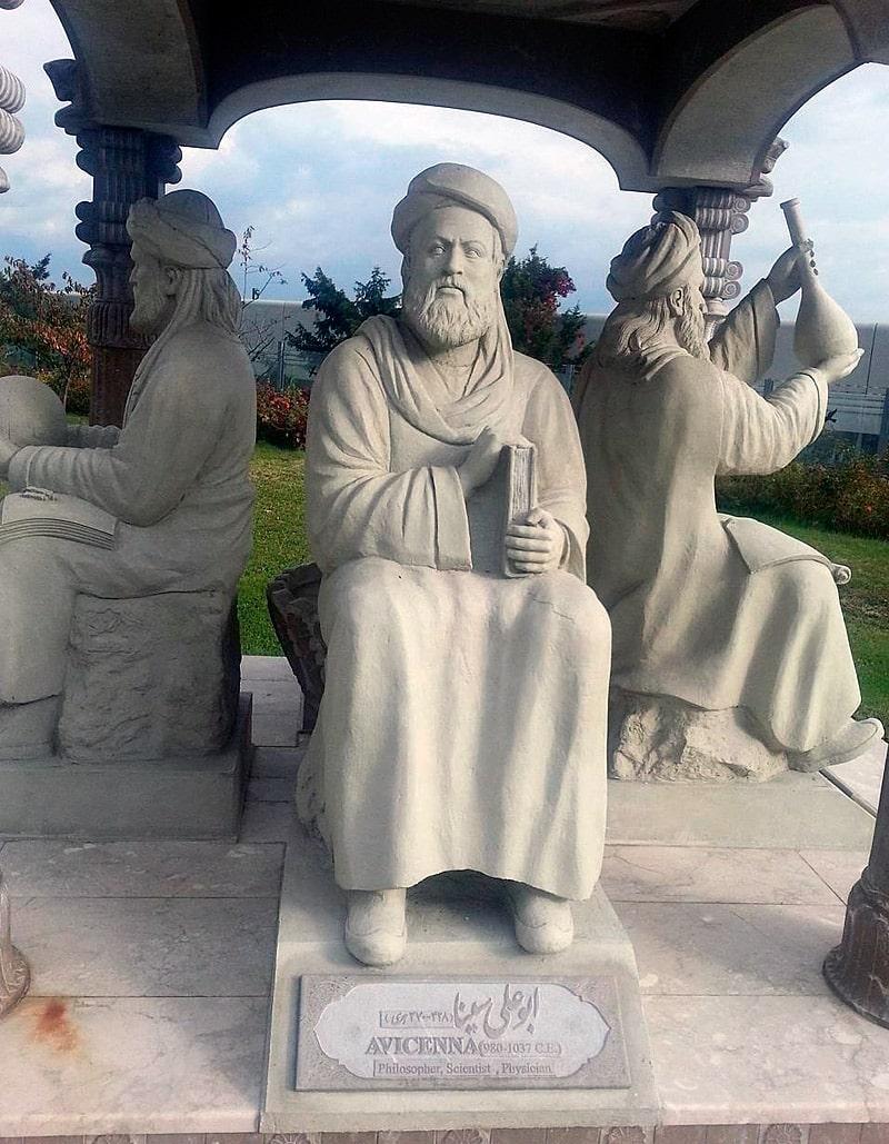 statuya-aviczenny-v-pavilone-persidskih-uchenyh