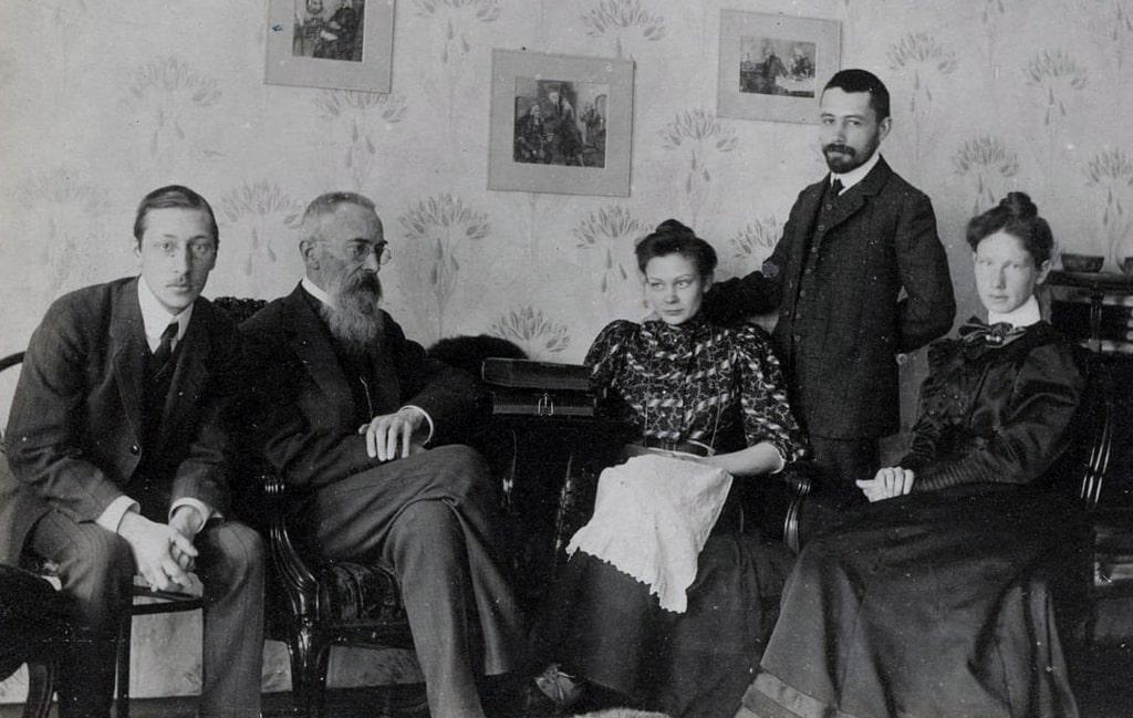stravinskij-i-rimskij-korsakov-sidyat-vmeste-sleva-v-1908-godu