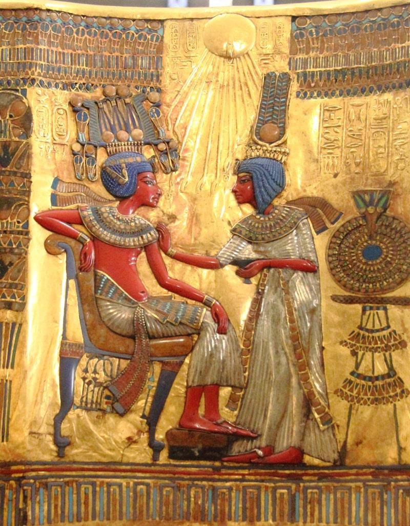 tutanhamon-i-ego-zhena-anhesenamon-fragment-spinki-zolotogo-trona