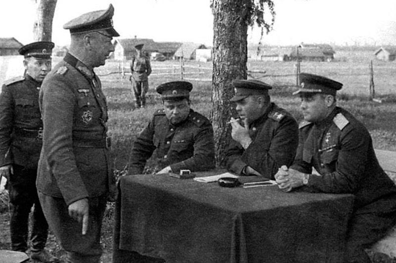 vasilevskij-prinimaet-kapitulyacziyu-general-majora-alfona-hittera-v-vitebske-v-1944