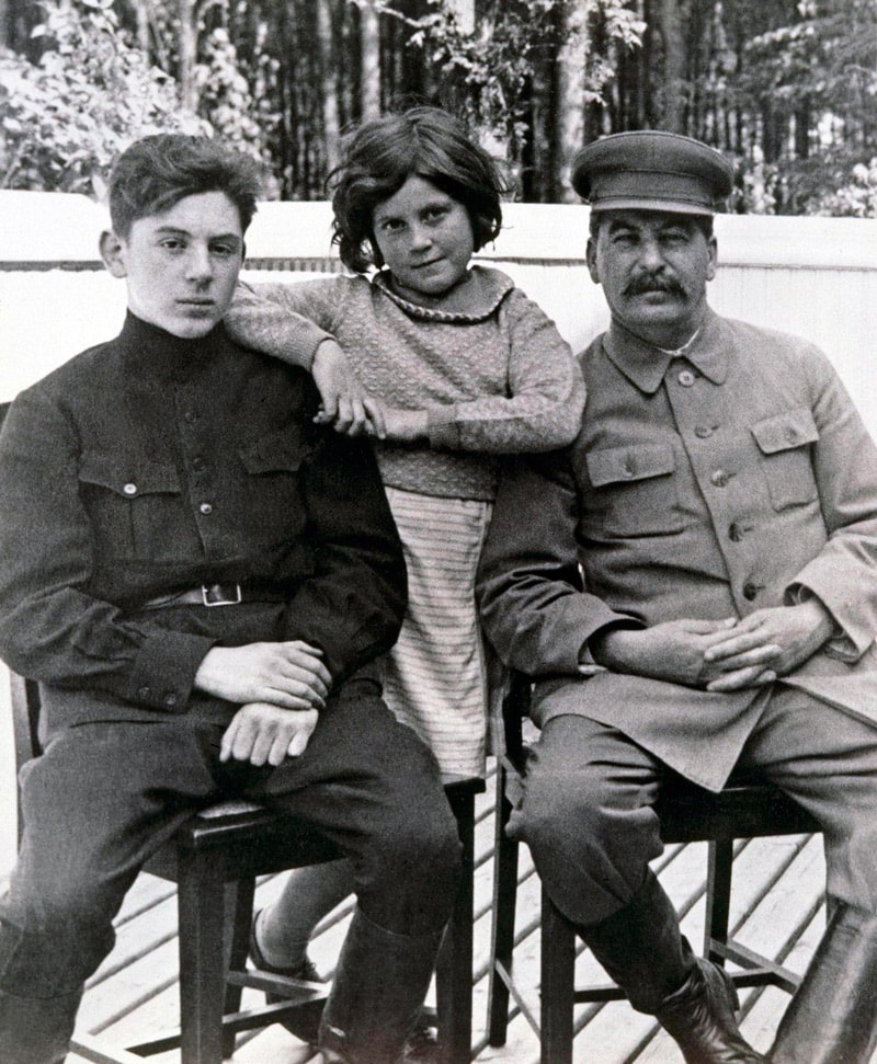 vasilij-stalin-s-otczom-i-sestroj