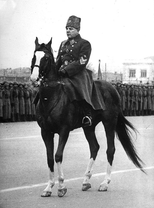voroshilov-komanduet-paradom