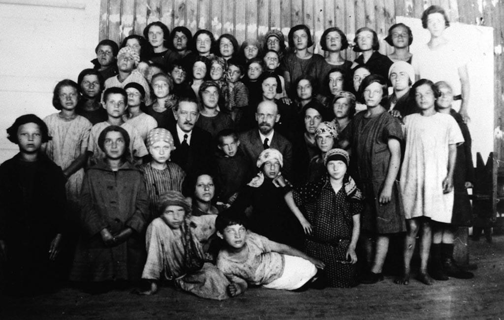 yanush-korchak-s-detmi-i-vospitatelyami-1923