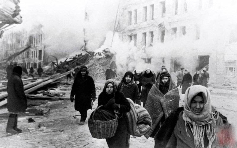 zhiteli-leningrada-pokidayut-svoi-doma-razrushennye-nemeczkimi-vojskami