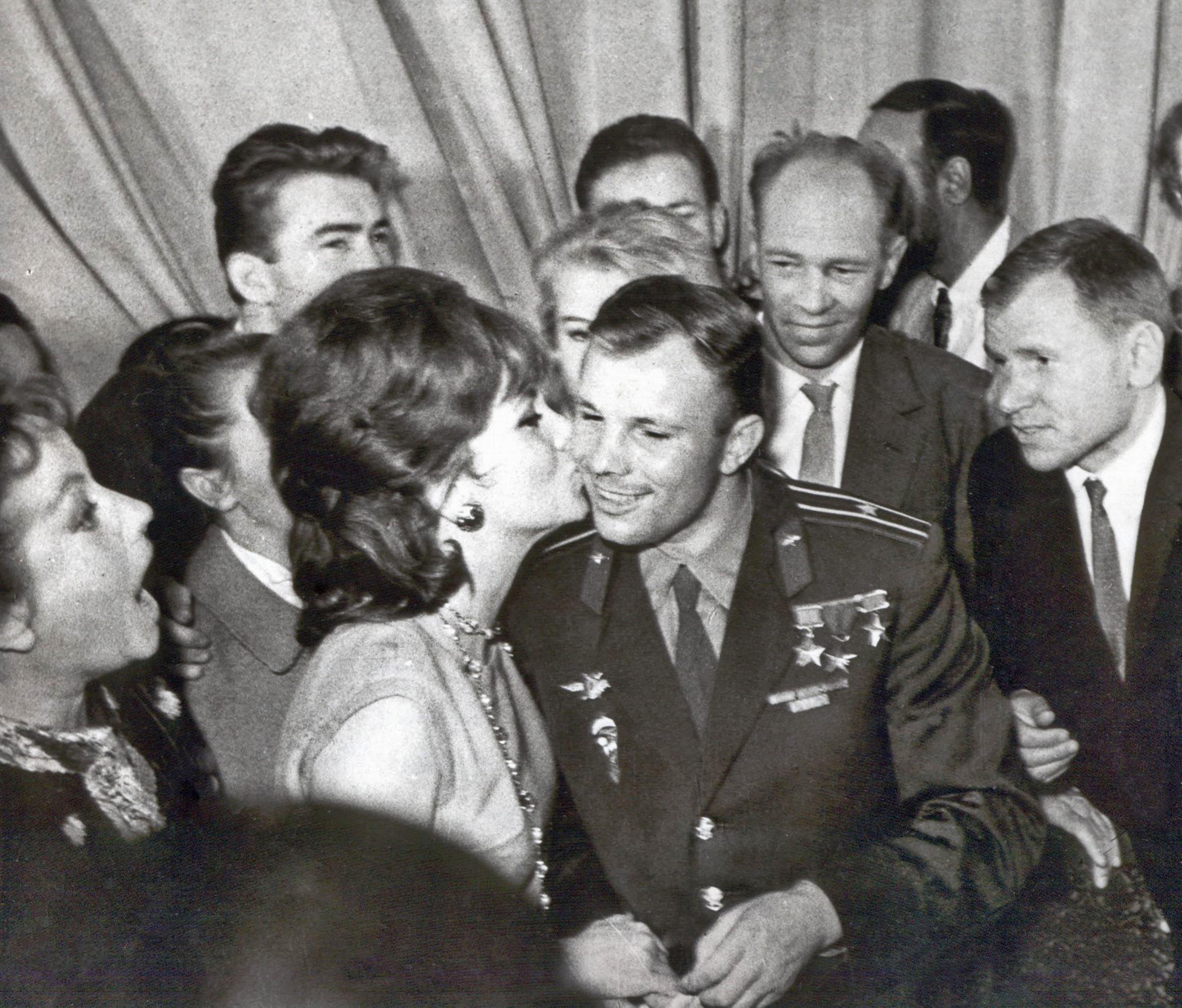 Dzhina-Lollobridzhida-i-YUriy-Gagarin-vo-vremya-II-MMKF-1961-god