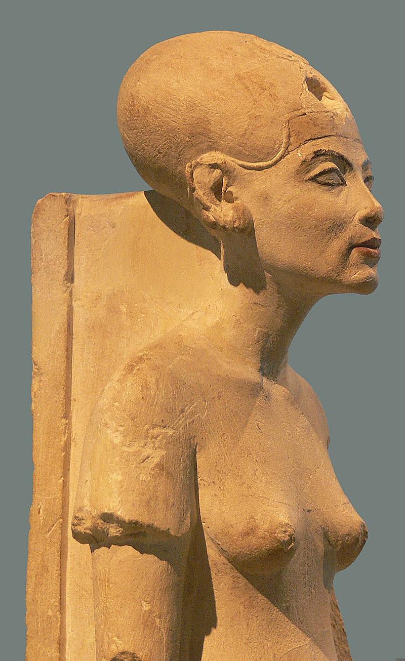 Figura-stoyashhey-Nefertiti