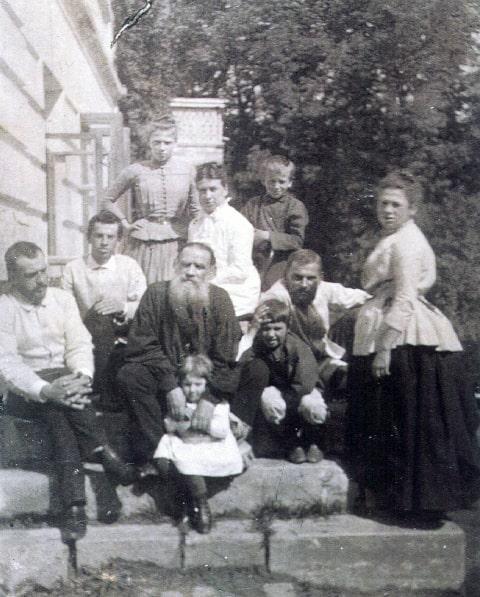 Foto-Lev-Tolstoy-s-zhenoy-i-detmi