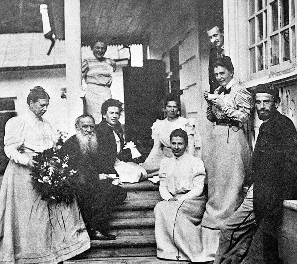 Foto-Lev-Tolstoy-v-krugu-rodnyih-i-druzey-1899