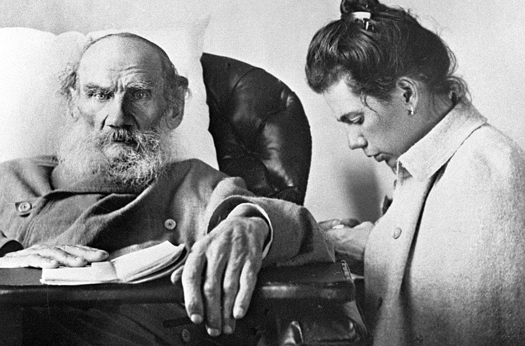 Foto-Lev-Tolstoy-vo-vremya-bolezni-s-docheryu-Tatyanoy