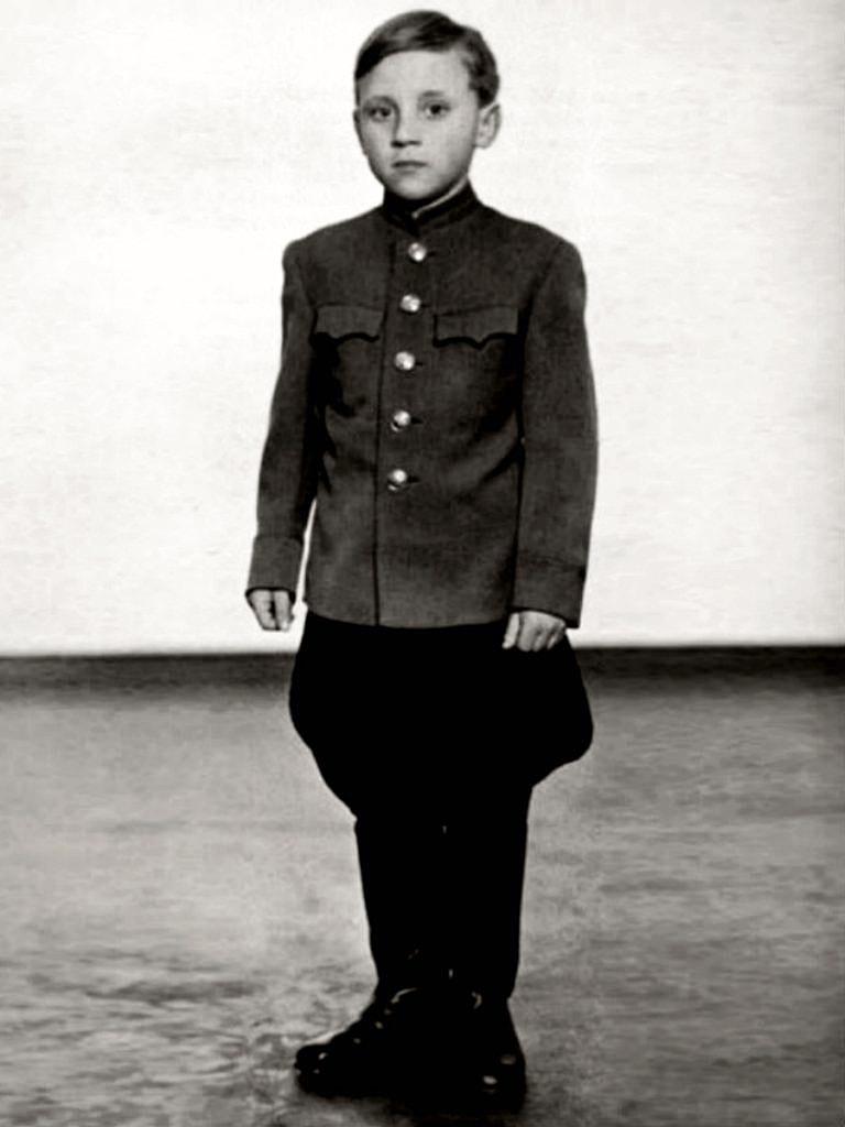 Foto-Vyisotskiy-v-detstve-1947.---Voennyiy