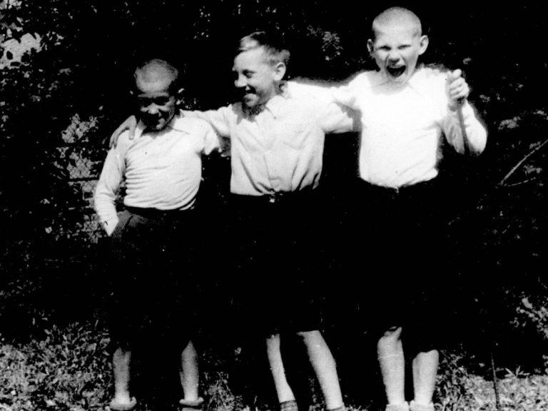 Foto-Vyisotskiy-v-detstve-1948-Vyisotskiy-v-tsentre-s-druzyami