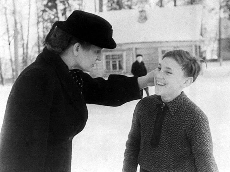 Foto-Vyisotskiy-v-detstve-1950.-Direktor-pionerlagerya