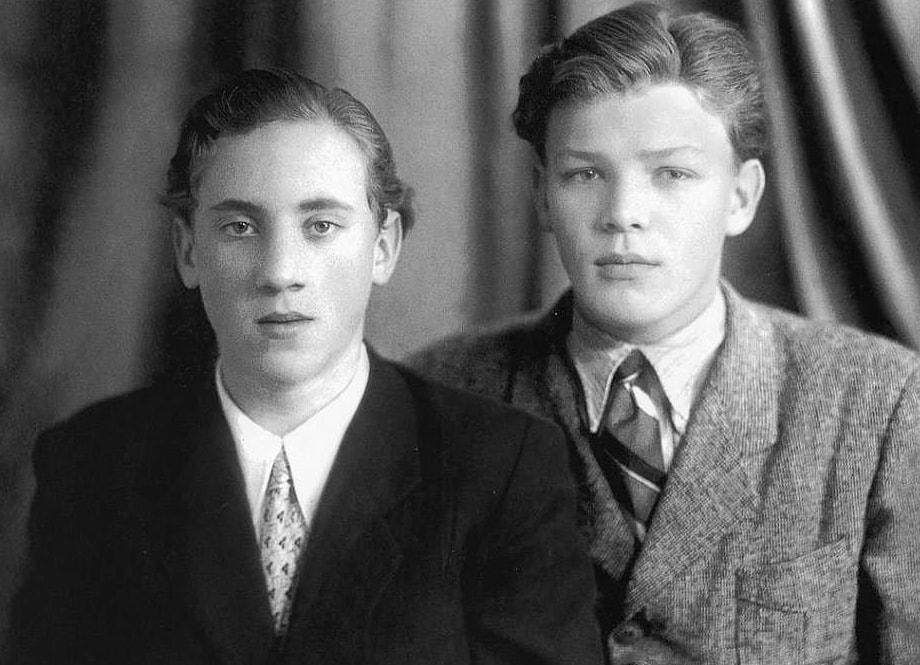 Foto-Vyisotskiy-v-detstve-1953.-S-shkolnyim-drugom-Vladimirom-Akimovyim