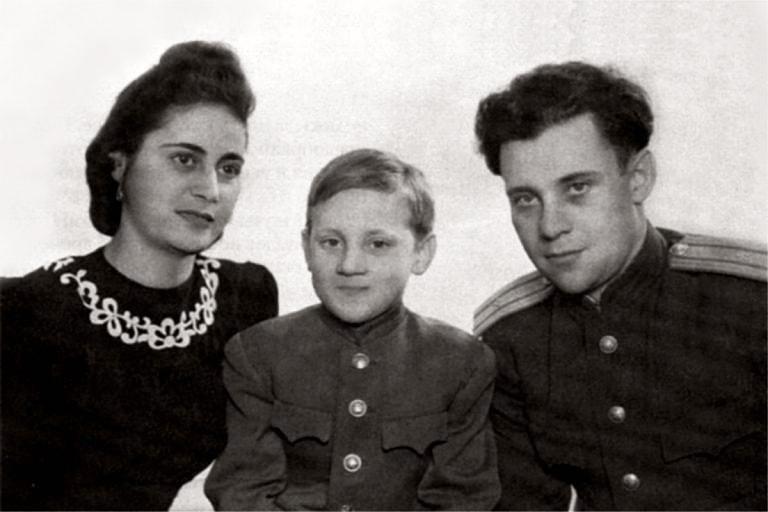 Foto-Vyisotskiy-v-detstve-S-ottsom-i-machehoy