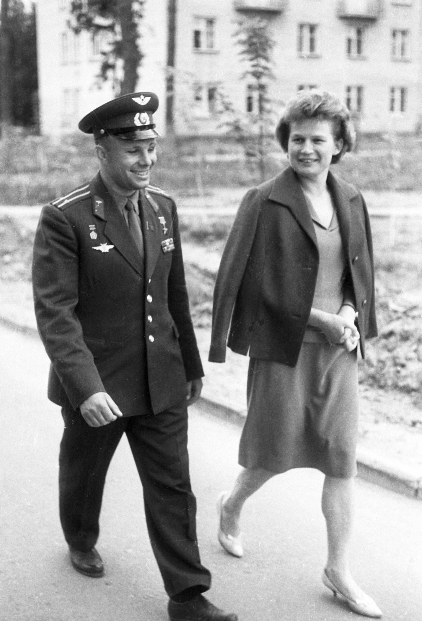 Foto-YUriy-Gagarin-i-pervaya-zhenshhina-kosmonavt-Valentina-Tereshkova