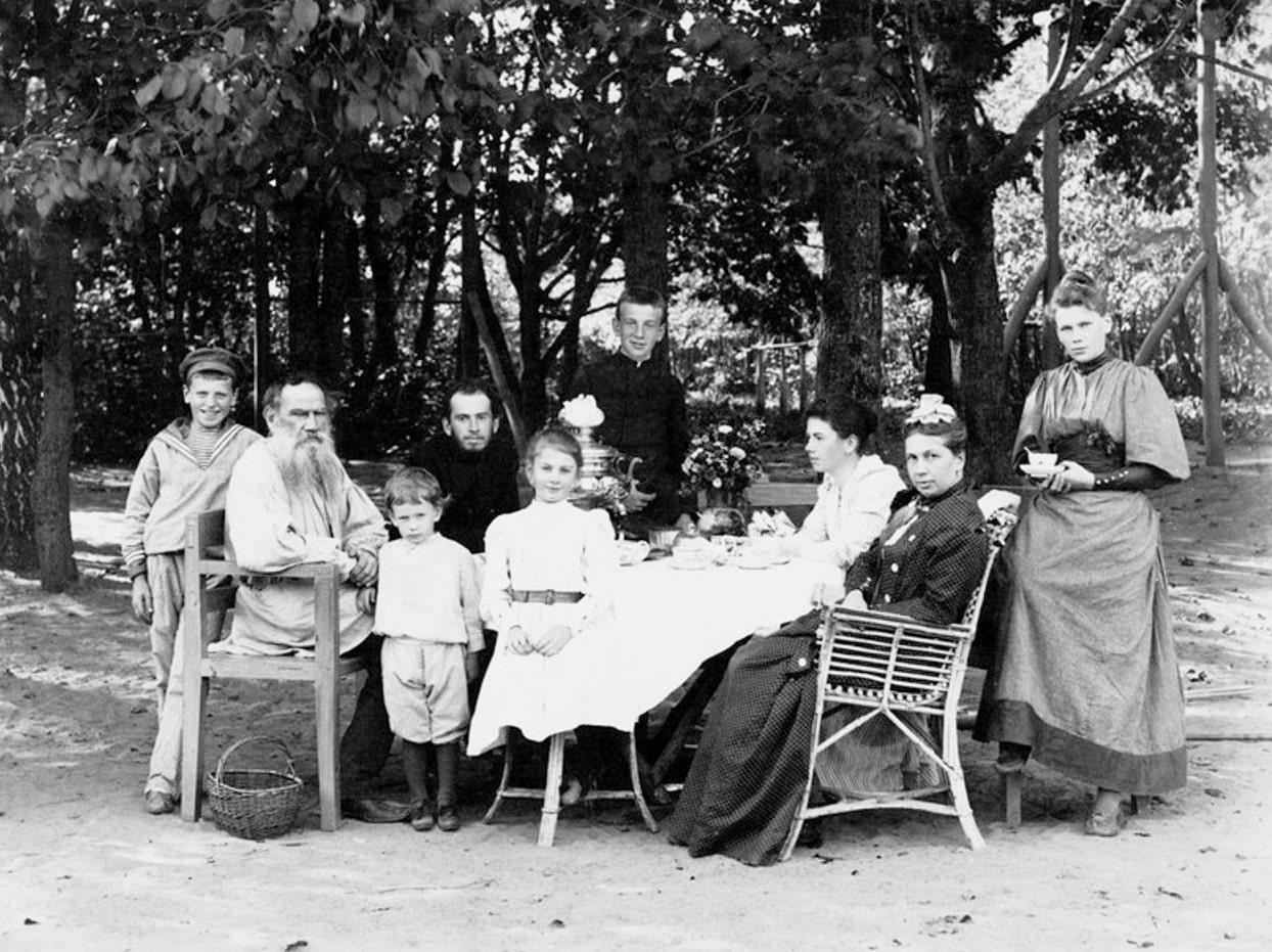 Foto-v-krugu-semi-YAsnaya-Polyana-1892
