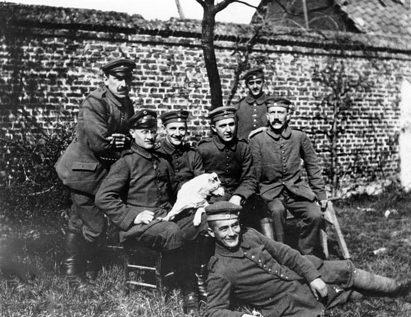 Gitler-sredi-sosluzhivtsev-sidit-krayniy-sprava-1914-god