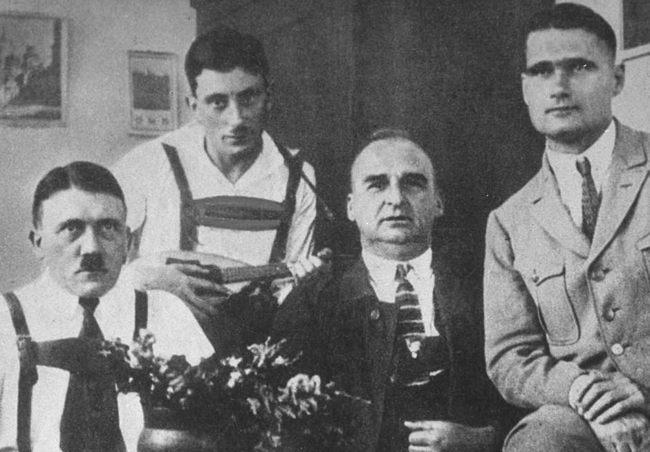 Gitler-v-tyurme-Landsberg-vo-vremya-vizita-tovarishhey-po-partii-v-tom-chisle-Rudolfa-Gessa.-1924-g