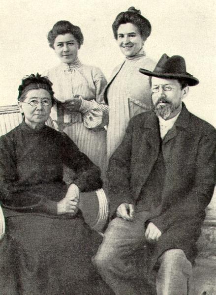 Справа Чехов с женой, слева мать и сестра