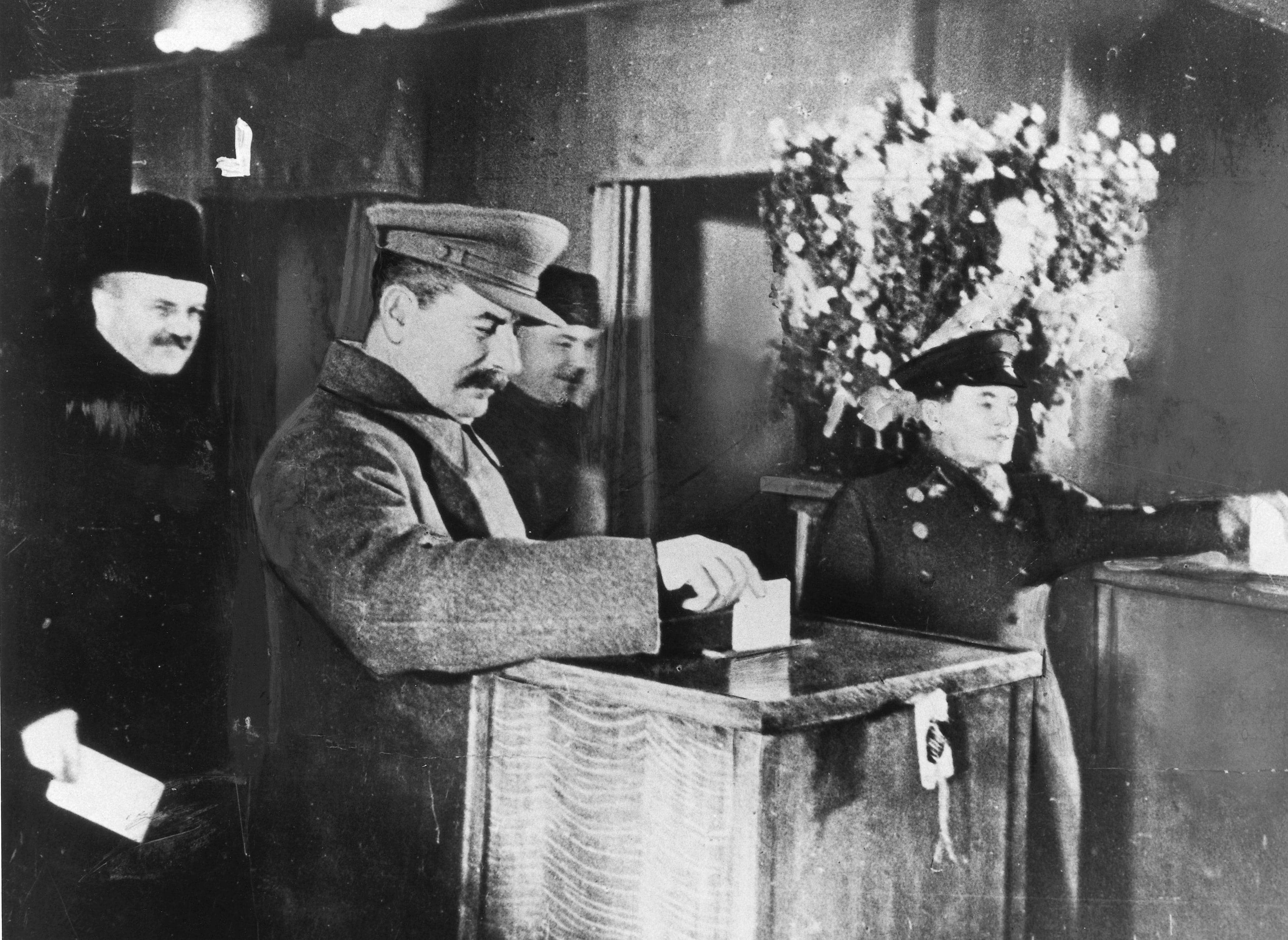 Iosif-Stalin-otdaet-svoy-golos-na-vyiborah