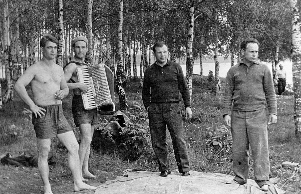 Kosmonavtyi-YUriy-Gagarin-tretiy-sleva-na-fotografii-Viktor-Gorbatko-na-piknike-v-Dolgoprudnom-s-druzyami