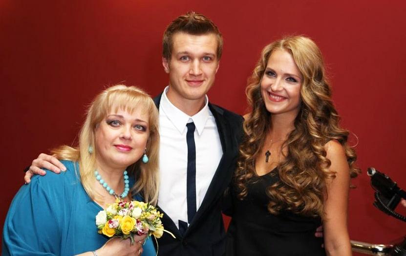 Lyubov-Rudenko-i-ee-syin-Anatoliy-s-zhenoy-Elenoy-Dudinoy