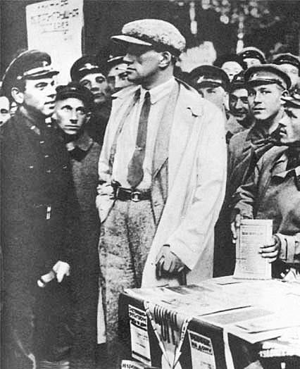 Mayakovskiy-zanimaetsya-agitatsiey-naroda