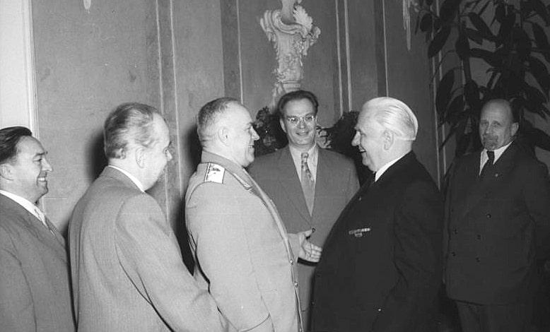 Ministr-oboronyi-SSSR-G.-K.-ZHukov-v-Berline.-6-maya-1955-goda