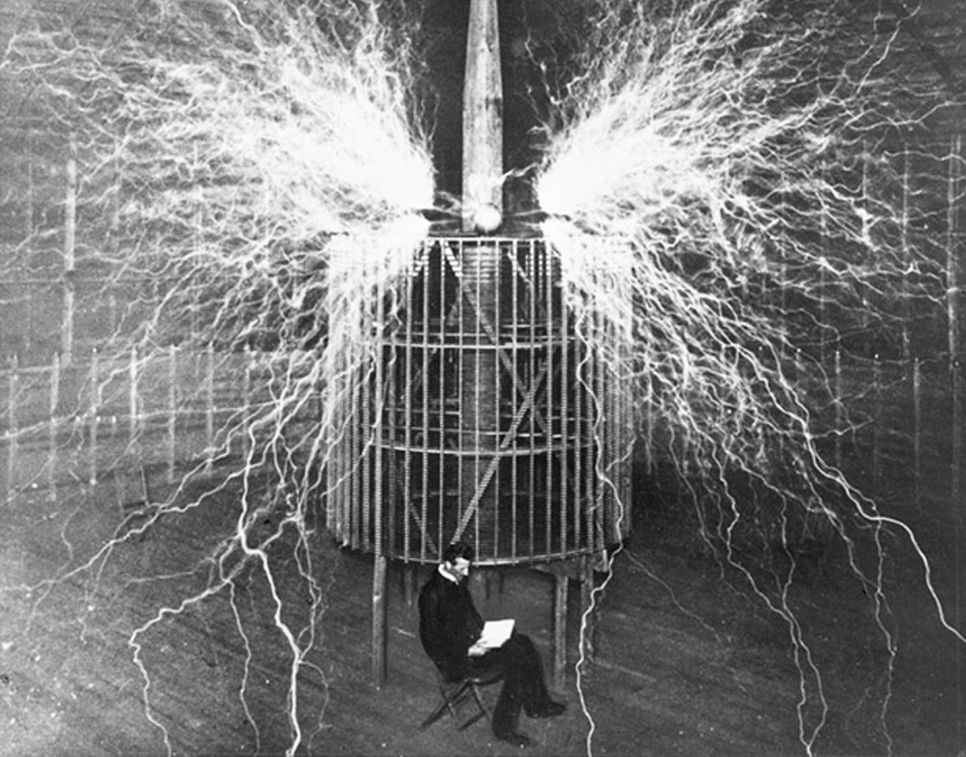 Nikola-Tesla-chitaet-v-svoey-laboratorii