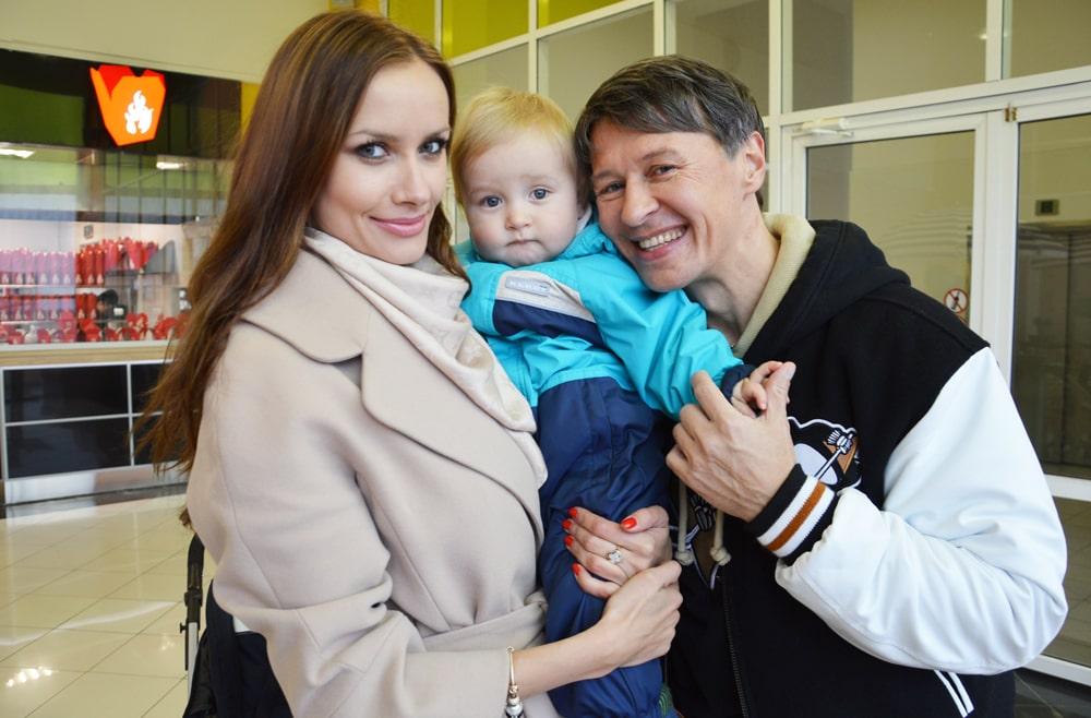 Sergey-Isaev-s-zhenoy-i-rebenkom