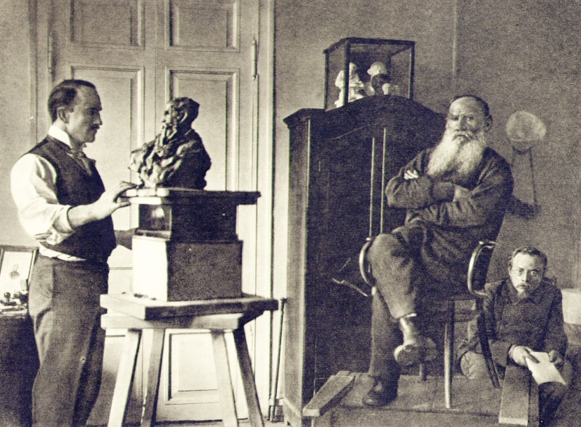 Skulptor-Pavel-Trubetskoy-lepit-byust-Lva-Tolstogo