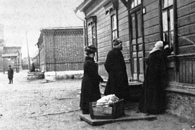 Sofya-Tolstaya-u-okna-doma-nachalnika-stantsii-Astapovo-I.-M.-Ozolina-gde-lezhit-umirayushhiy-Lev-Tolstoy-1910-god