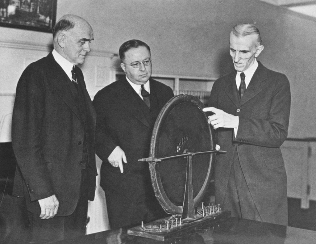 Tesla-demonstriruet-patentnomu-advokatu-odin-iz-svoih-generatorov
