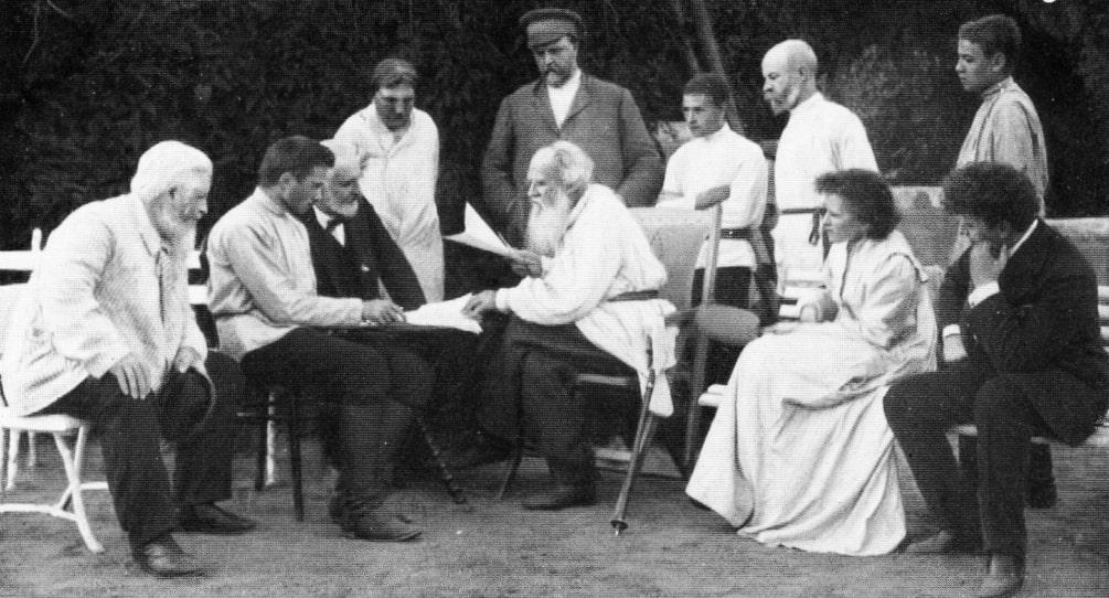 Tolstoy-chitaet-svoyo-proizvedenie.-1910