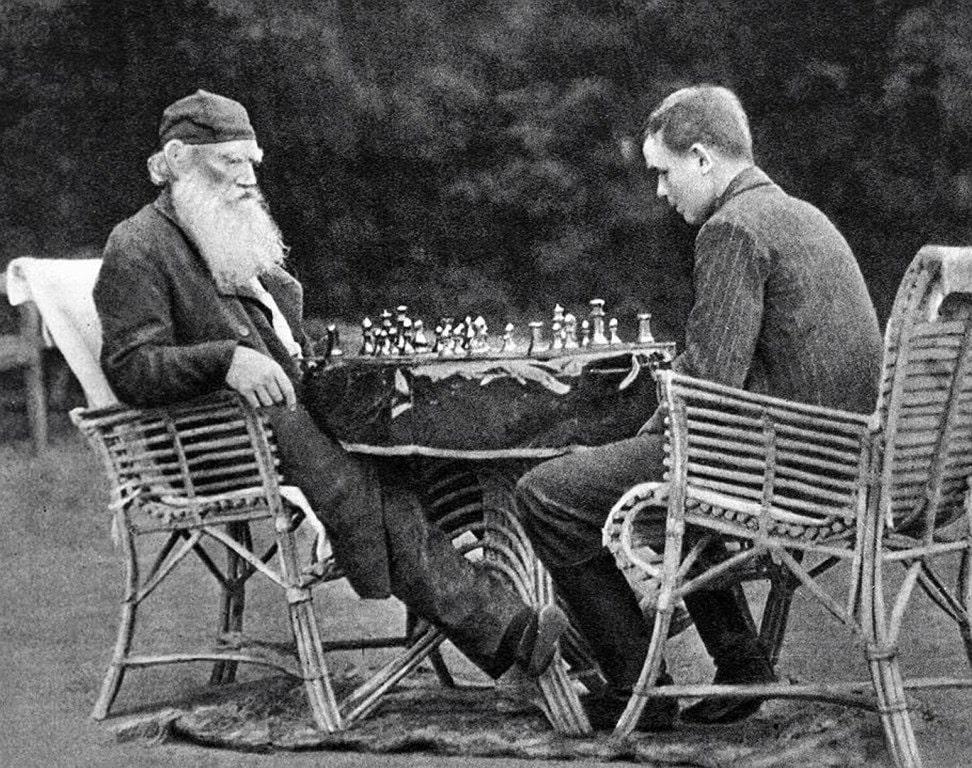 Tolstoy-igraet-v-shahmatyi-s-syinom-CHertkova