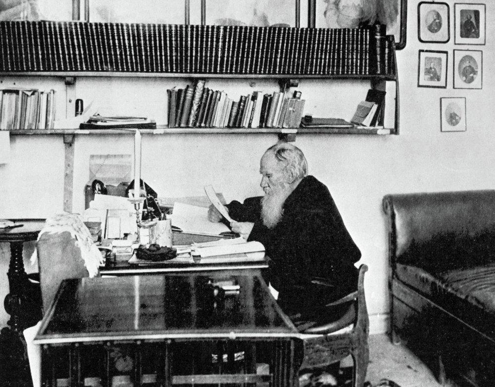 Tolstoy-v-svoem-rabochem-kabinete-1900