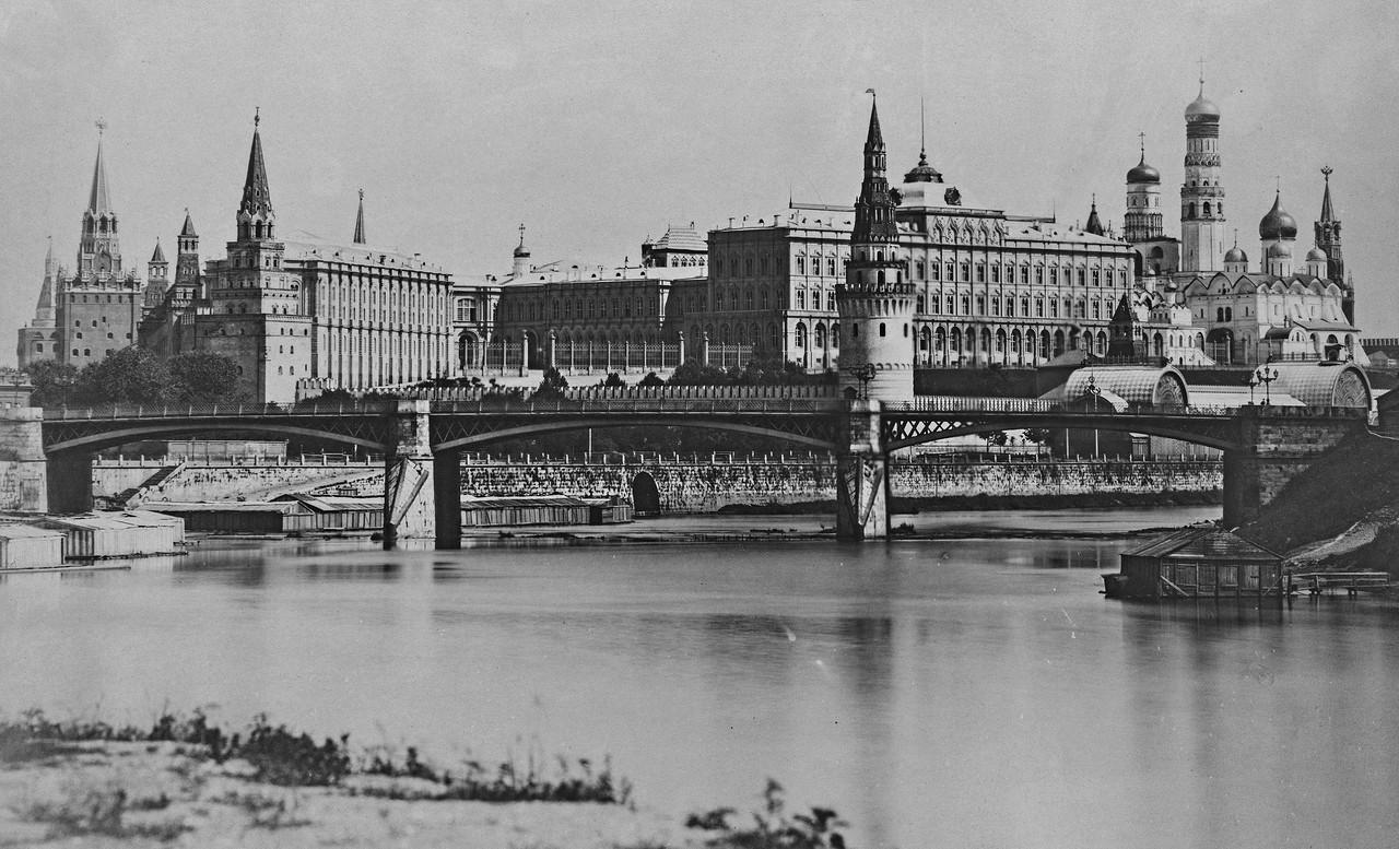 Vid-na-Kreml-i-Bolshoy-Kamennyiy-most-s-naberezhnoy