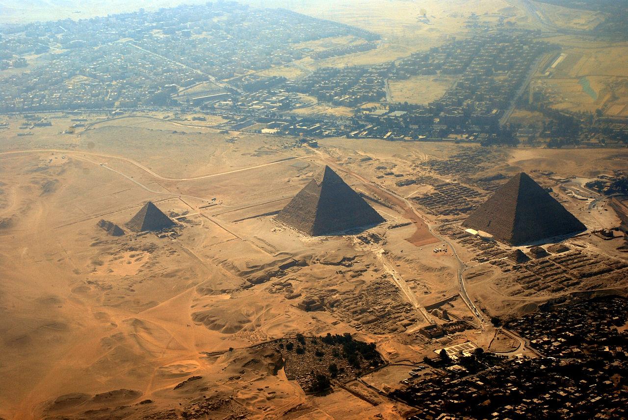 Vid-na-piramidyi-v-Gize-s-vyisotyi-ptichego-poleta