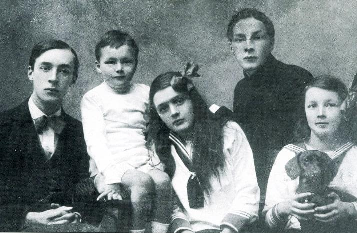 Vladimir-Nabokov-sleva-i-ego-bratya-i-syostryi