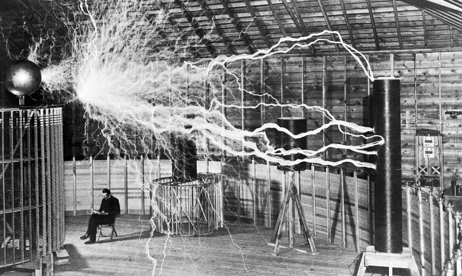 Vyisokochastotnyiy-transformator-v-laboratorii-Nikolyi-Teslyi-1901-god